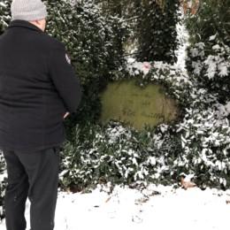 Auf dem Bild ist der 1. Vorsitzende des Ortsvereins, Carsten Georg, zu sehen, wie der vor dem Grab von Willi Müller steht.